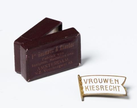 Speldje van de Nederlandse Vereniging voor Vrouwenkiesrecht afkomstig van mevrouw Geertruida Margaretha Hartsema uit Hoogkerk. Groninger Museum
